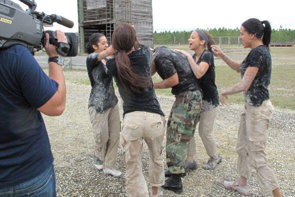 Las chicas no lo dudaron y celebraron con su maestro.