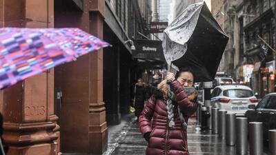 En fotos: La lucha de los transeúntes contra los fuertes vientos en Nueva York durante la tormenta