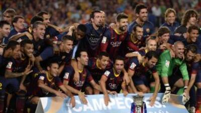 La plantilla barcelonista posó con el trofeo de la Supercopa ibérica lue...