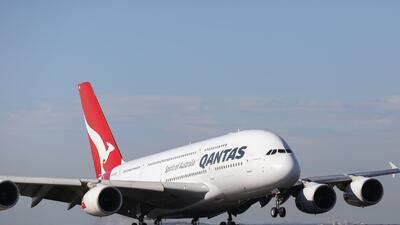 """""""Gritamos y nos tomamos de las manos"""": el aterrador relato de los pasajeros de un vuelo que cayó en picada durante 10 segundos"""