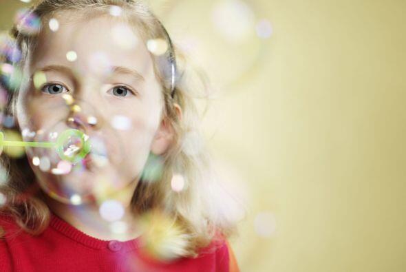 Hazlo respirar profundo ¡soplando burbujas! Para que las burbujas no exp...