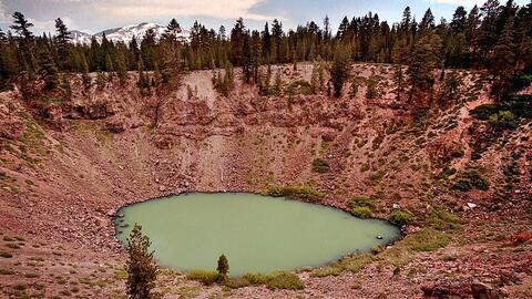 Un cráter que confirma que la actividad volcánica y sísmica es común en...