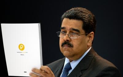 El presidente de Venezuela, Nicolás Maduro, lee un documento sobr...
