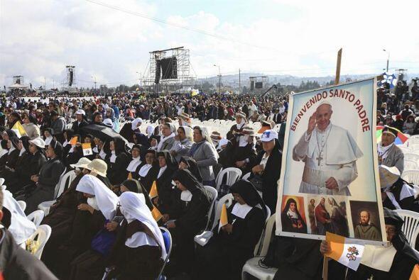 Sacerdotes y miles de fieles en el parque Bicentenario de Quito.