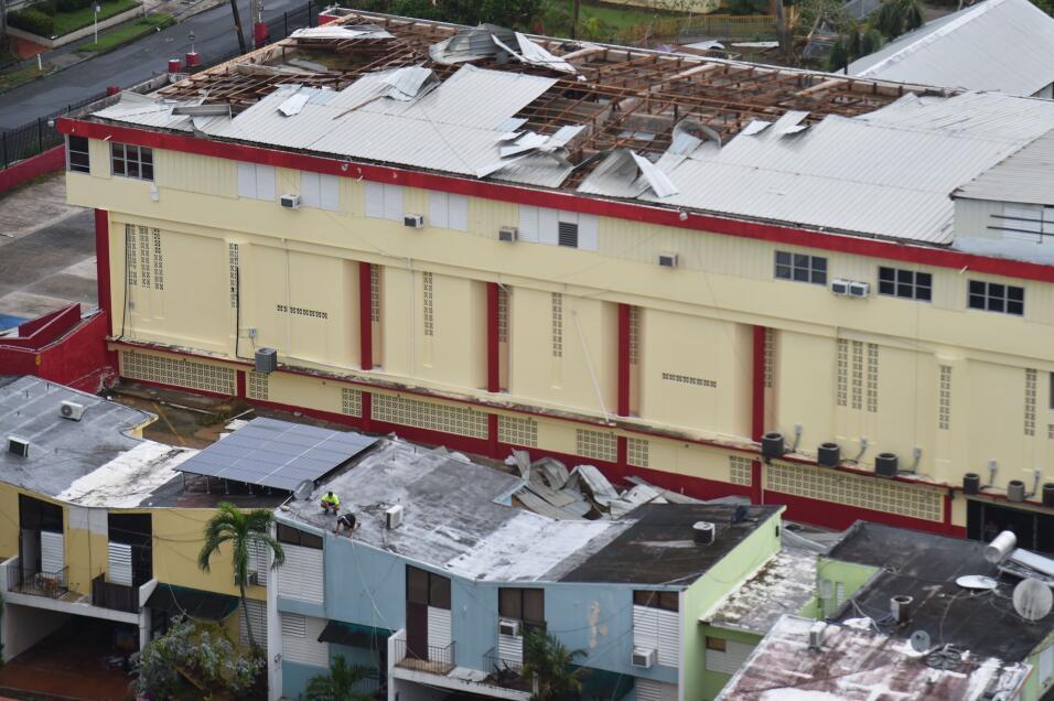 Una escuela perdió sus techos por los violentos vientos de Ma&acu...