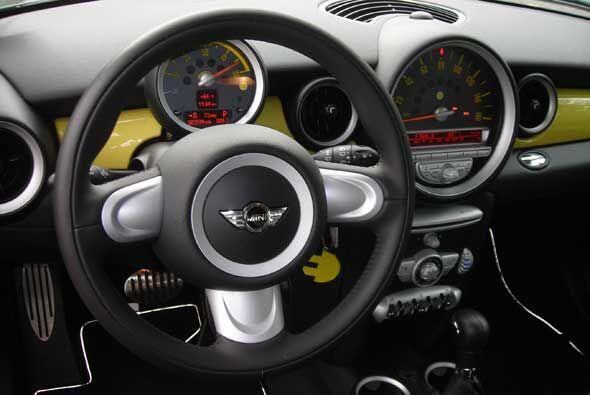 La cabina mantiene el diseño distintivo que ha vuelto tan popular a MINI.