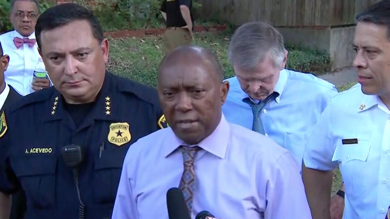 El alcalde de Houston, el jefe de la policía y el jefe de bomberos habla...