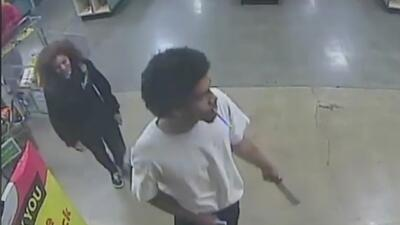 En video: Sospechosos amenazan a un guardia con machete para robar un negocio