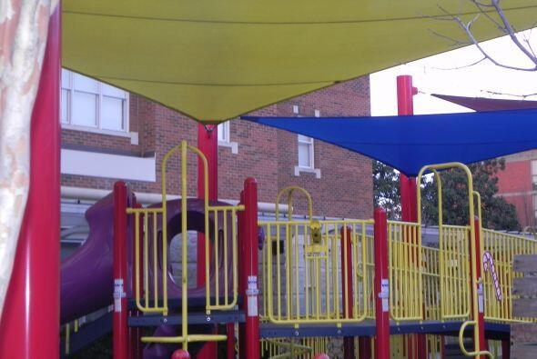 Los juegos al aire libre, columpios, canales,  donde los niños pasan muc...
