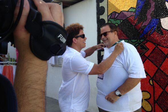 Romero estuvo arreglando un poco la playera de Raúl.