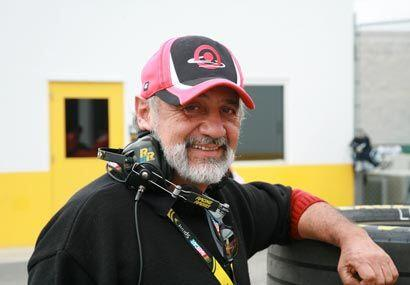 El papá de Juan Pablo siempre lo acompaña en las carreras.