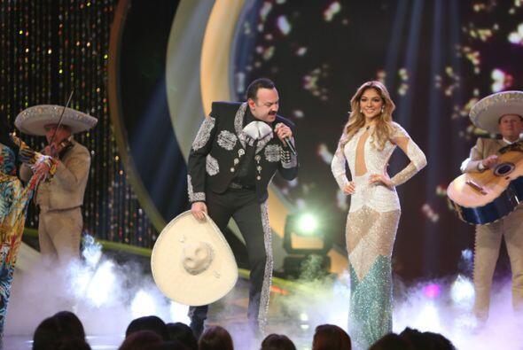 Aguilar enamoró a las concursantes con su melodiosa voz.