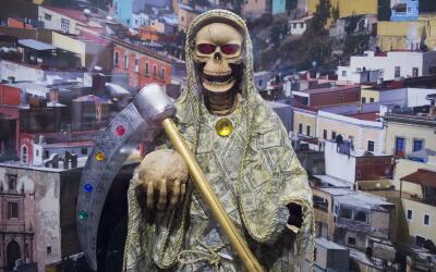 Estatua de la Santa Muerte en el museo de la DEA en Washington. La Santa...