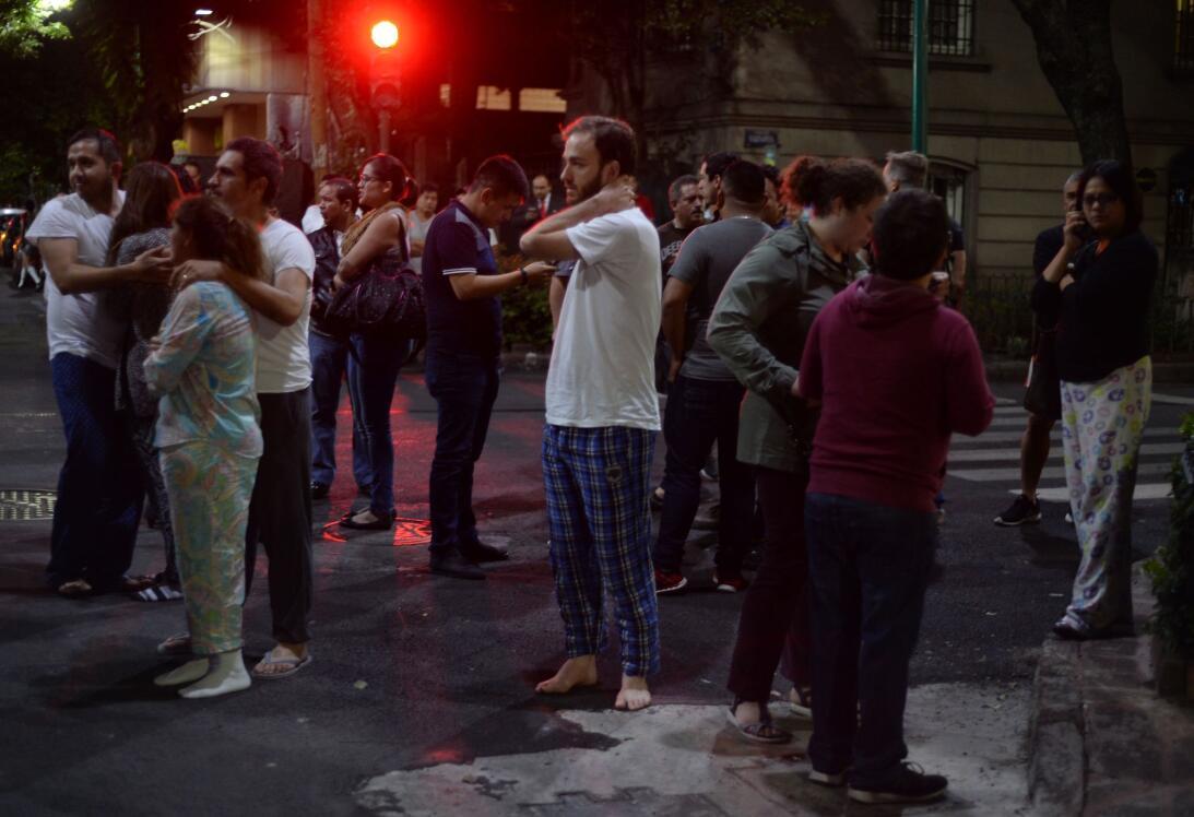 En Ciudad de México la gente salió en pijamas tras el fuerte temblor y l...