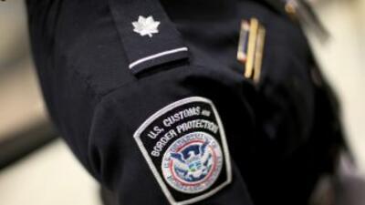 Agente de Migración fue arrestado por filmar mujeres en el baño.