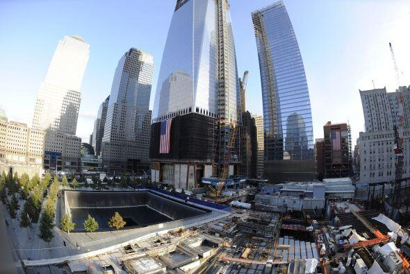 La piscina norte del Memorial 9/11 con el One World Trade Center, en con...