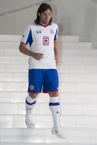Mariano Pavone nos enseña aquí el uniforme de visitante. Playera blanca,...