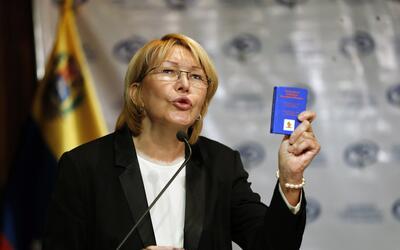 La Fiscal General de Venezuela, Luisa Ortega Díaz, sostiene una c...