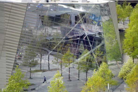 Un hombre se refleja en el lado del Museo del 9/11.