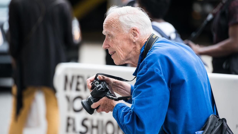 Bill Cunningham pasea por horas la ciudad para conseguir sus fotos.