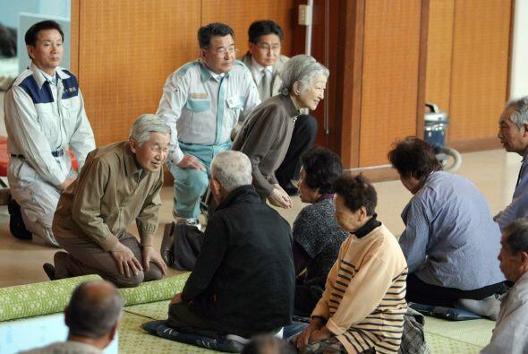 El emperador Akihito y la emperatriz Michiko visitaron un refugio de la...