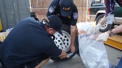 Oficiales de Aduanas y Protección Fronteriza descubren metanfetamina esc...