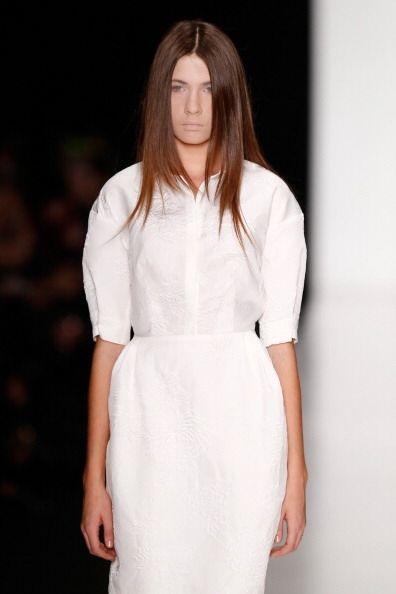 La moda de llevar prendas asimétricas se reflejó en la manera de llevar...