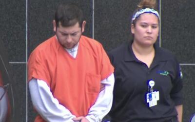 Exoficial de policía acusado de pornografía infantil se presenta en cort...