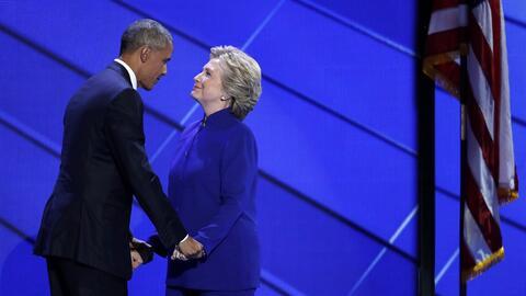 El presidente Barack Obama junto a Hillary Clinton durante la Convenci&o...