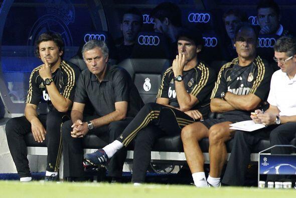 José Mourinho fue una de las figuras del partido al ser ovacionado por e...