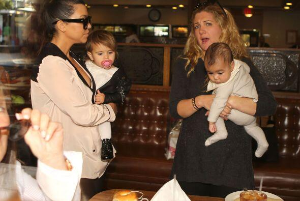 Y así se ve la adorable North West, en un paseo con su tía Kourtney y su...