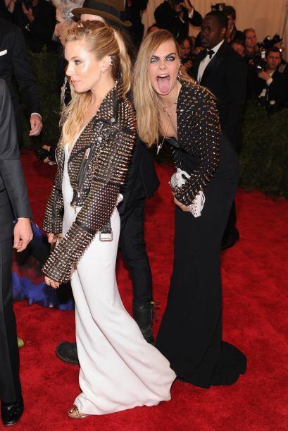 ¡Qué raro! Cara Delevigne sacó su lenguota a espaldas de Sienna Miller e...