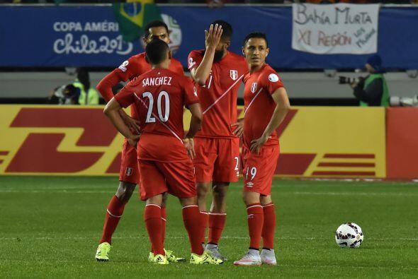 Perú quien ya se sentía con un punto en la bolsa, cometió graves errores...