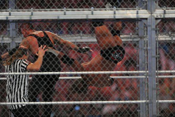 El ex luchador Shawn Michaels fuen el juez especial, que pareció sufrir...
