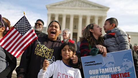 Inmigrantes indocumentados durante una manifestación frente a la Corte S...