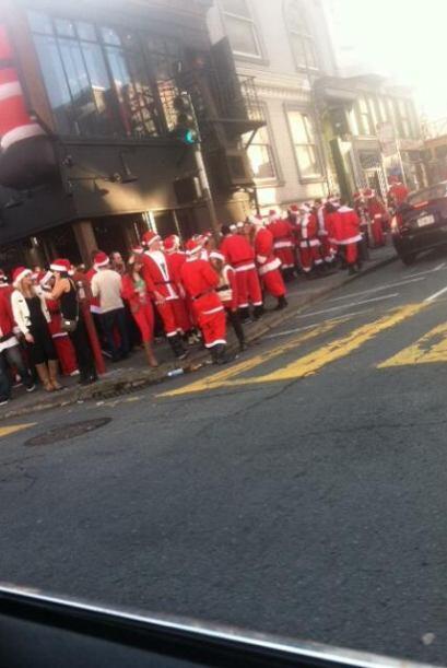Miles de santas inundaron los bares y calles en diversos puntos de la ci...