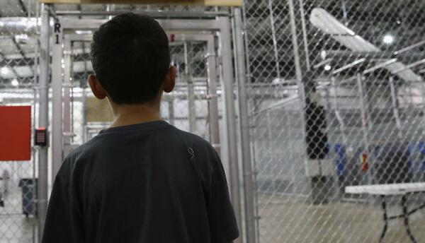 Niño en centro de detención de ICE