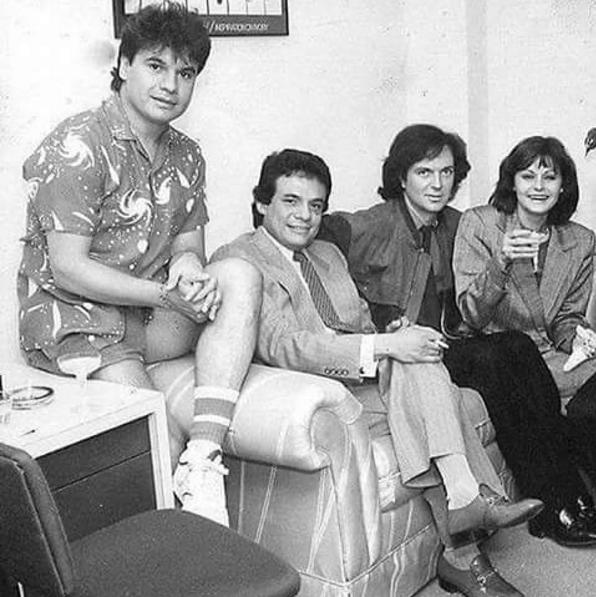 Entre amigos a mediados les de los años setenta. Juan Gabriel com...