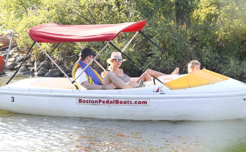 Los famosos se pusieron a pedalear en un pequeño bote en Boston, junto a...