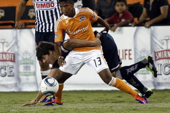 En el mismo partido Marcelo Cazaubón del Monterrey ´abraza´ como sea a F...