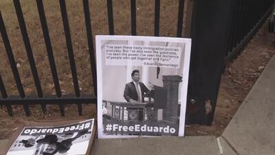 Exigen la liberación del activista Eduardo Samaniego bajo custodia de ICE