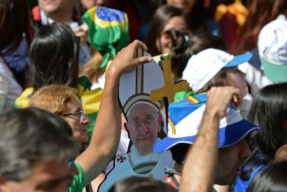 Tras confesar a los jóvenes, el papa Francisco se trasladó en el papamóv...