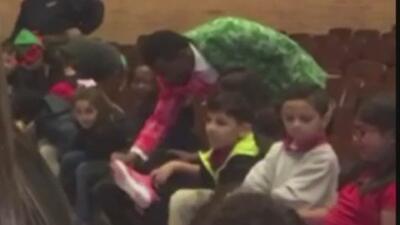 Alumnos de la primaria L.O. Donald son sorprendidos con cientos de regalos de Navidad