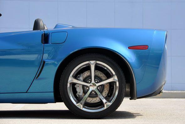 Los grandes rines y ruedas le dan un alto grado de funcionamiento.
