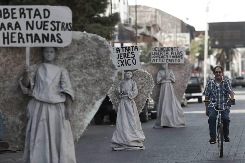 Vestidos como seres celestiales, estas personas intentan llamar la atenc...