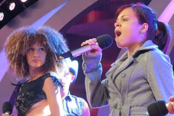 Ana Cristina canta, y Joyce le presta mucha atención.