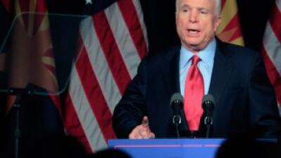 John McCain (R), senador de Arizona.