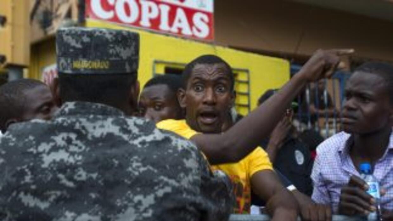 Haitianos que esperaban inscribirse en el plan de regularización de inmi...
