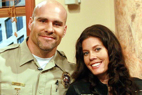 El alguacil no perdío la oportunidad de retratarse con Lorna.