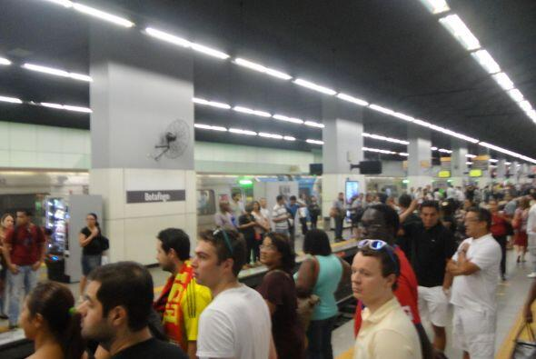 Miles de personas van a Maracaná en el Metro de Río. El servicio es grat...